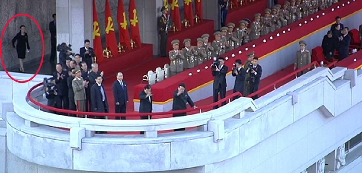 Kim Jong-un vastaanottaa sotilasparaatin Pohjois-Koreassa.