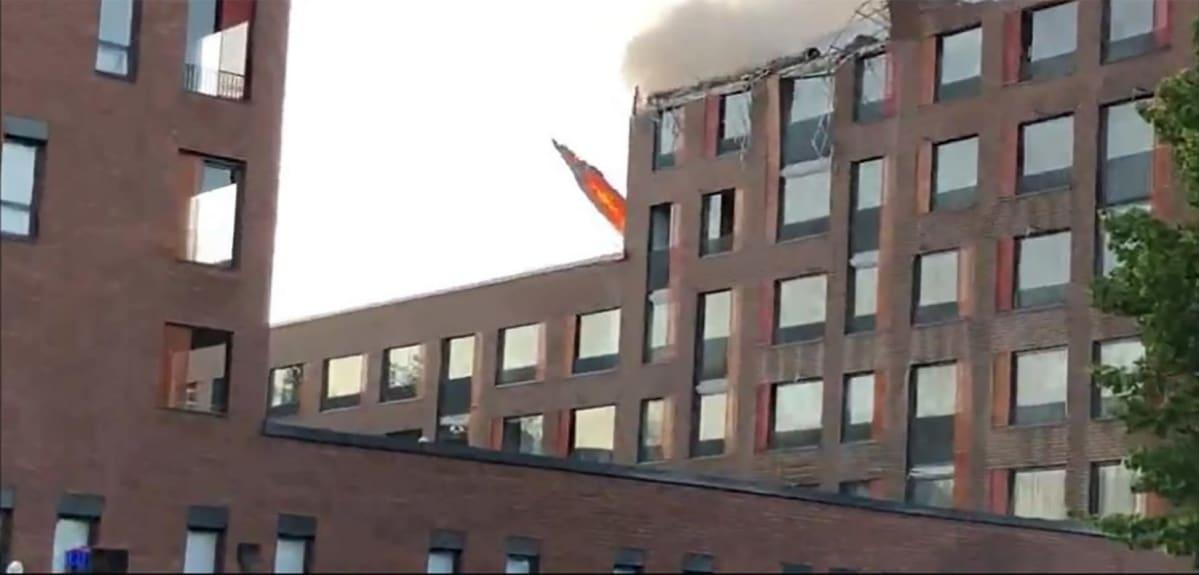 Rasvahormien roilon seinä kaatui kello 22.22 palavana C-osan katolle
