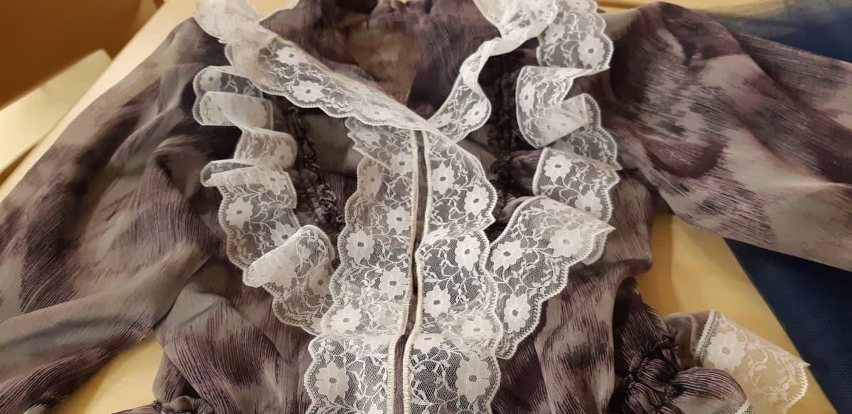 Roamniasujen ompelukurssilla valmistumassa oleva romaninaisen päällyspusero, röijy pitseineen.