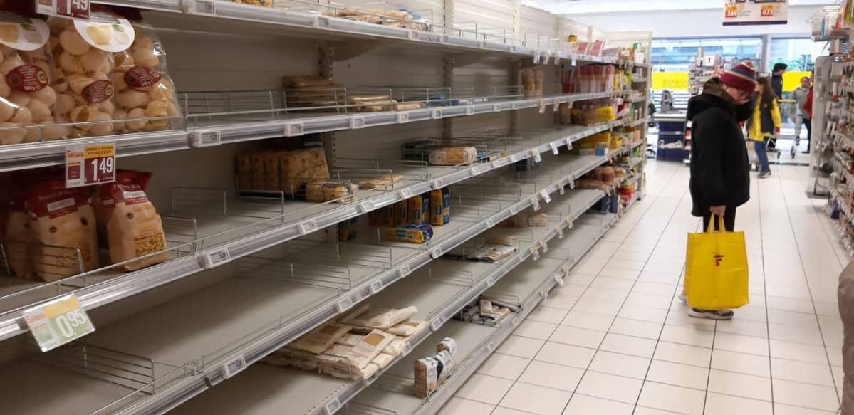 Milanolaisen ruokakaupan väljät hyllyt.