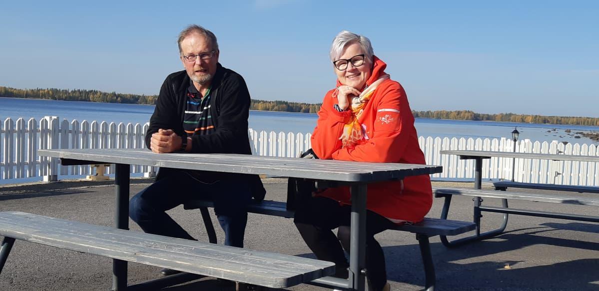 Maatalousyrittäjän työura muutoksessa -hankkeesta ProAgria Etelä-Savon johtamisen ja talouden erityisasiantuntija Arto Karila ja Diakonia-ammattikorkeakoulun projektipäällikkö Merja Nykänen.