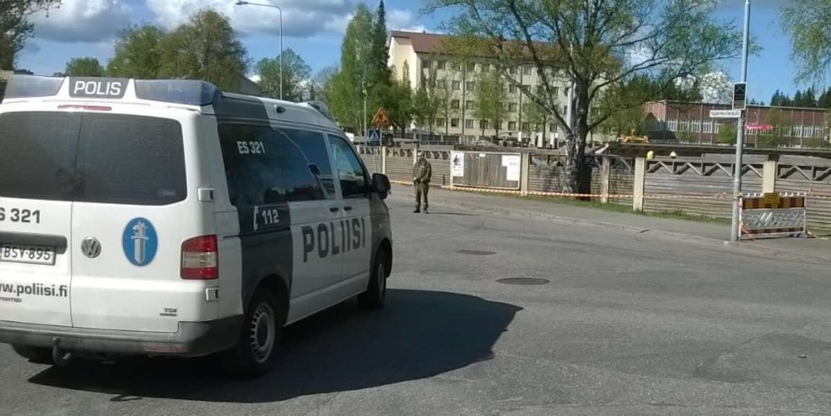 Poliisi on eristänyt mikklein urheilupuiston.