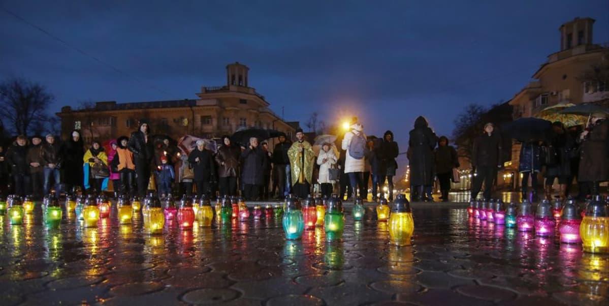 Mariupolin asukkaat sytyttivät kynttilöitä 24. tammikuuta hyökkäyksessä kuolleiden muistoksi.