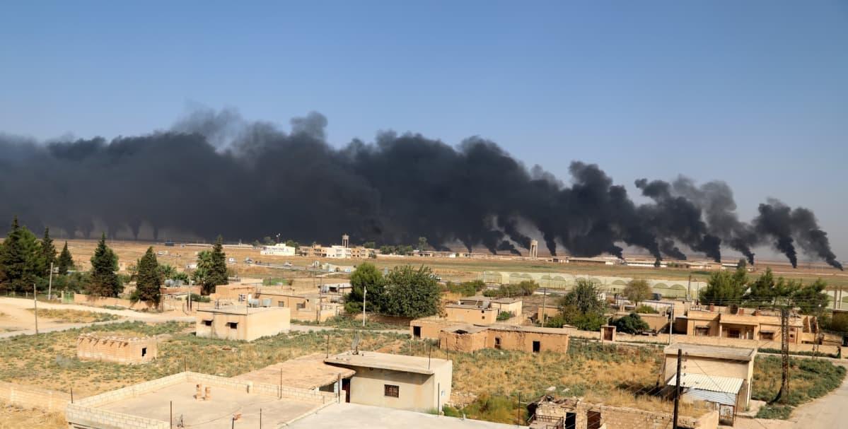 Savupatsaat nousevat Ras al-Ainin kaupungissa SDF-joukkojen ja Turkin joukkojen taisteluiden jäljiltä.