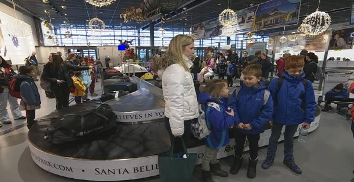Suomalaisen Mats Stigzeliuksen ja hänen englantilaisen vaimonsa Sarah lapset Evie, Dylan ja Joshua viettävät ensimmäistä Lappi-joulua Levillä isovanhempien kanssa.