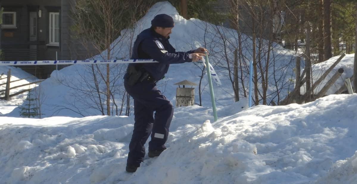 Vanhempi konstaapeli Mika Brännare eristää palopaikkaa sivullisilta