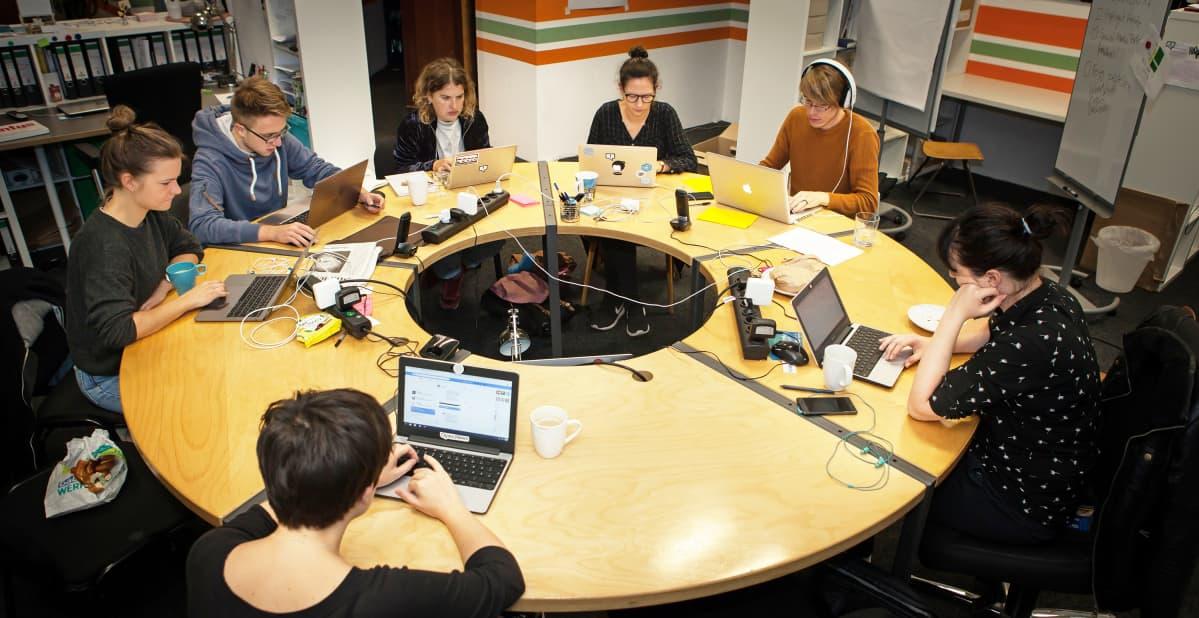 Kokous pöydän ympärillä.