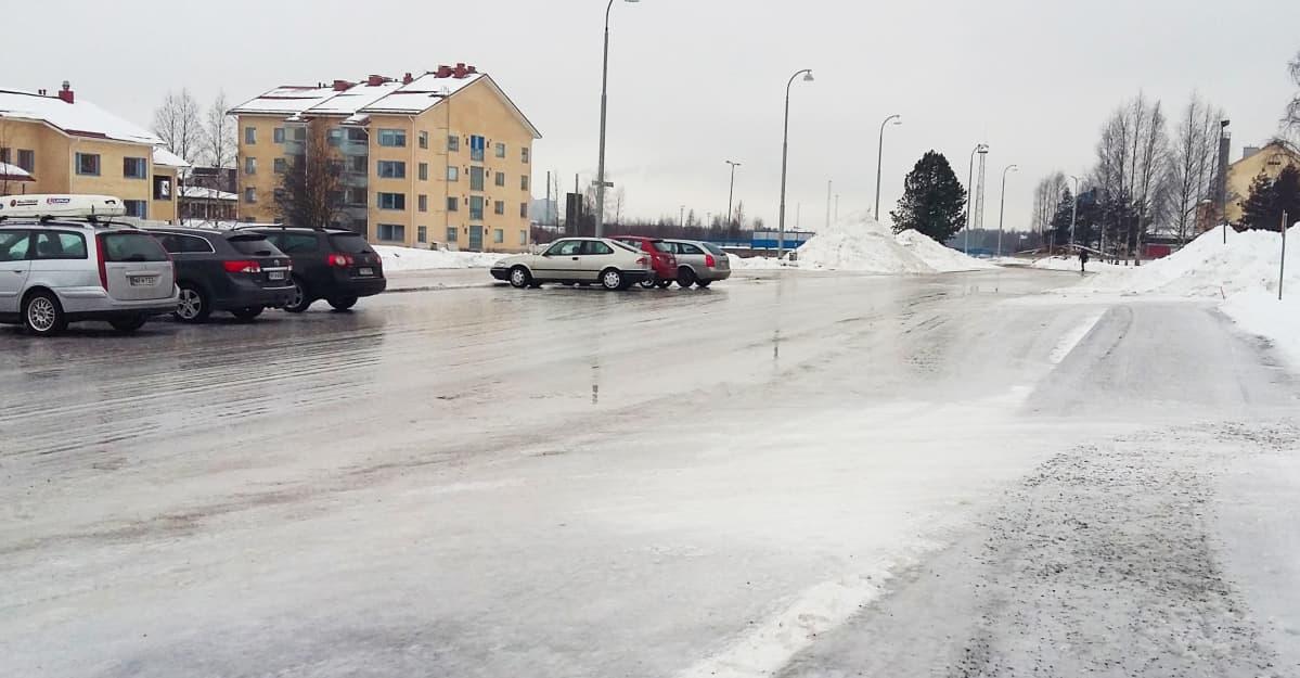 Moni Rovaniemen katu oli peilijäällä vielä maanantaina päivällä. Hiekka-autoilla riittii tekemistä.