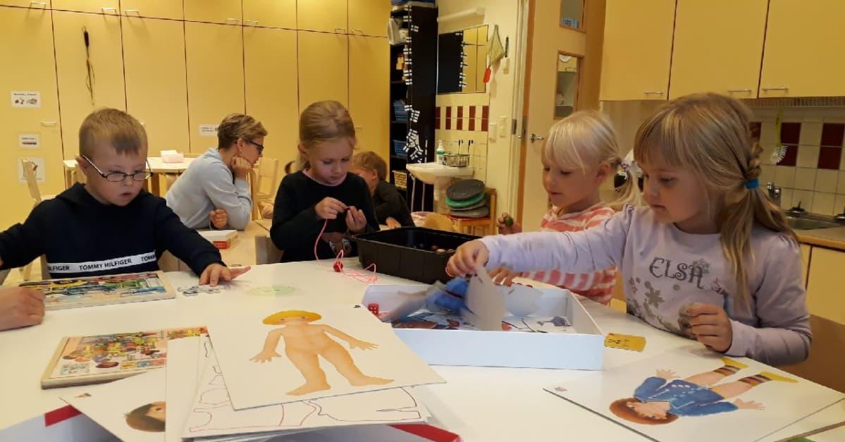 Lasten leikkihetki päiväkodissa