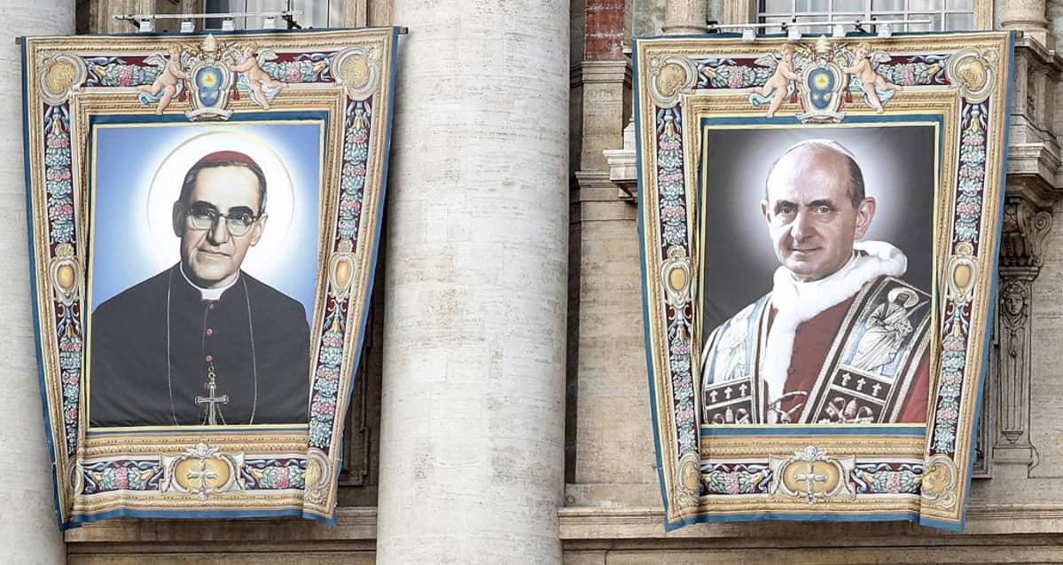 Suuret Romeroa ja Paavali VI:ttä esittävät kankaat roikkuvat parvekkeilta Pietarinkirkon julkisivulla Vatikaanissa.