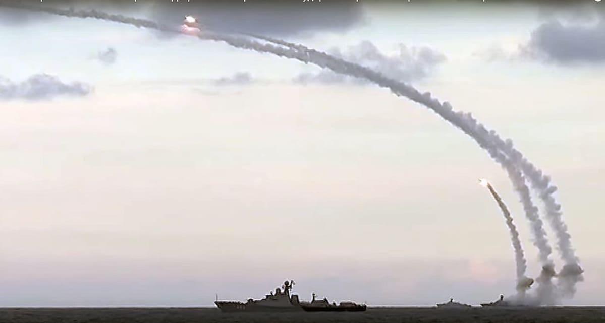 Laivat ampuvat ohjuksia.
