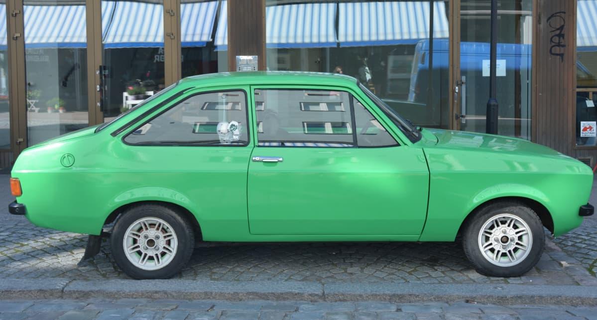 Annaloiden kesäauto on samanlainen vihreä Escort, jolla he nuorempina ajelivat rundia.