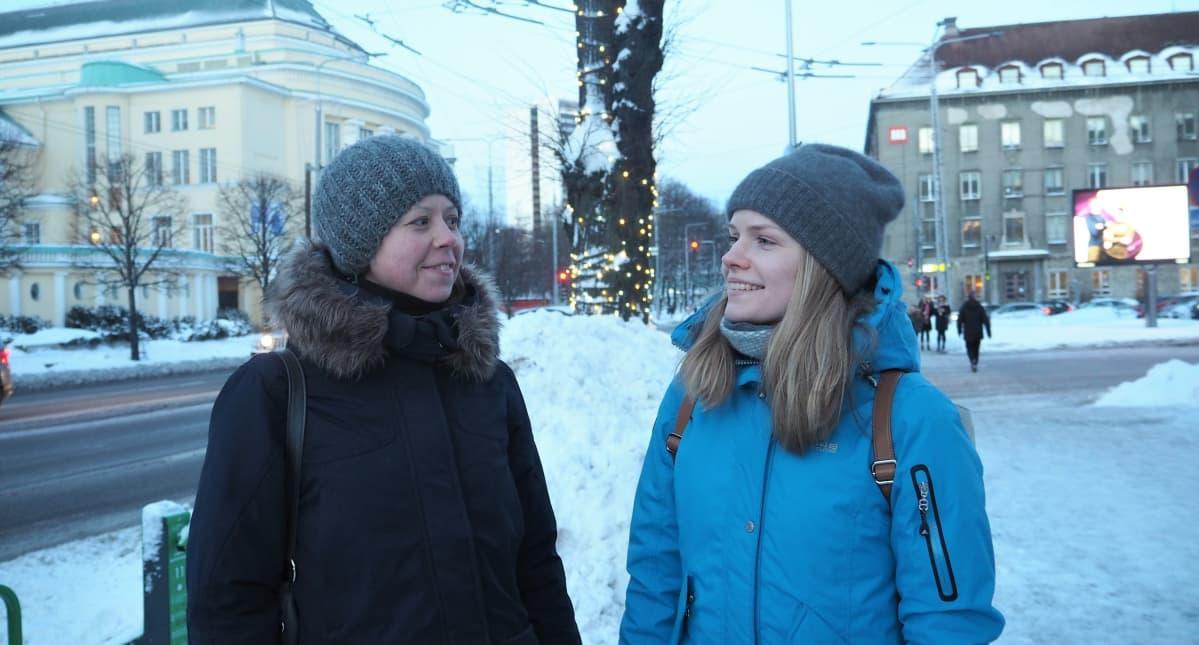 Liis Tamming (vas.) ja Triin Elmi eivät vielä tiedä, ketä äänestävät maaliskuun vaaleissa.