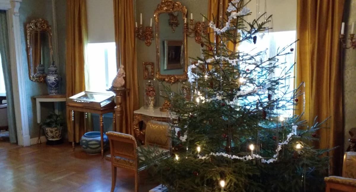 Ett hem -museon saliin on koristeltu joulukuusi.