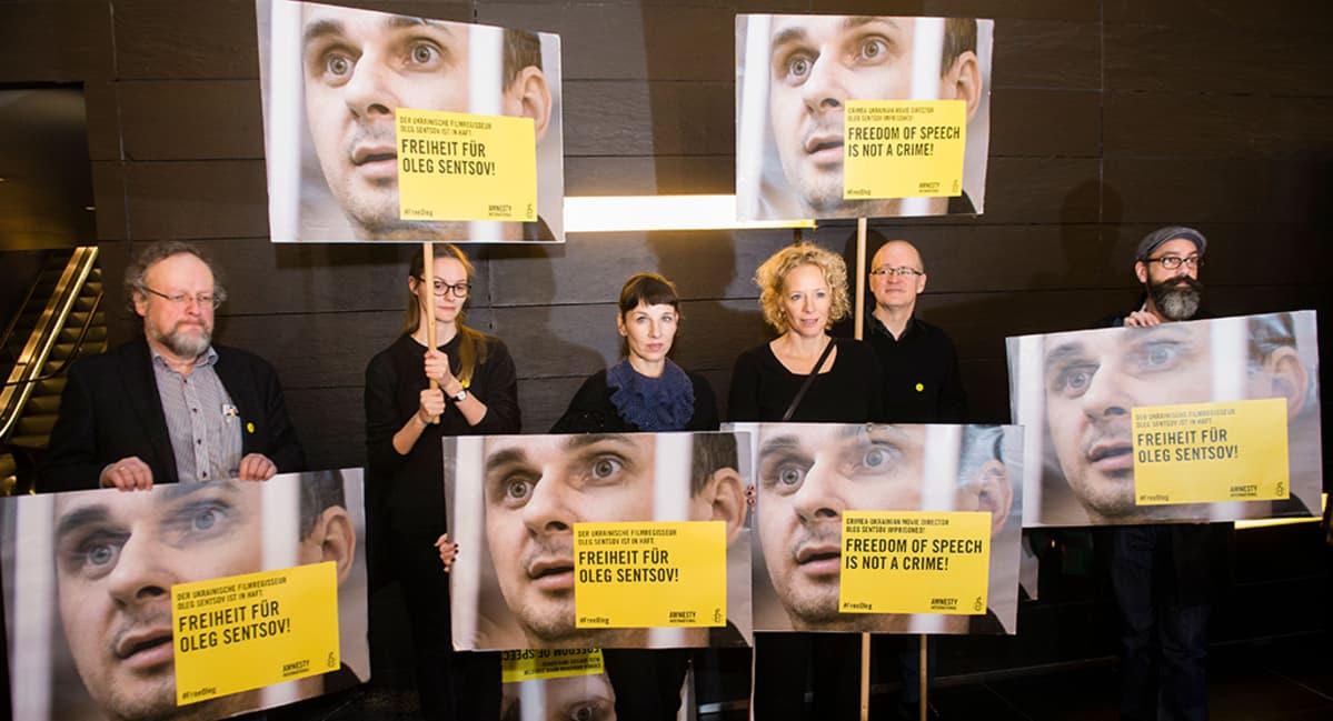 Saksalaisnäyttelijät Meret Becker ja Katja Riemann vaativat ukrainalaisen elokuvaohjaajan Oleh Sentsovin vapauttamista Amnesty Internationalin mielenilmauksessa Berliinin kansainvälisillä elokuvafestivaalilla helmikuussa 2016.