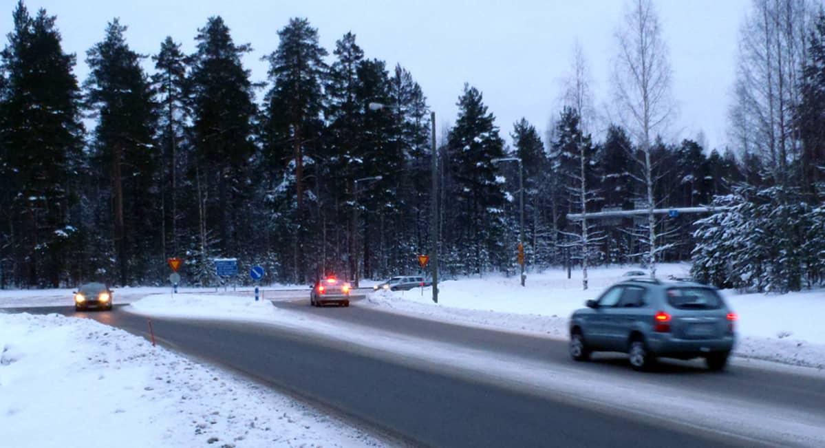 Autoja Ylämyllyn Shellin risteyksessä Liperissä.