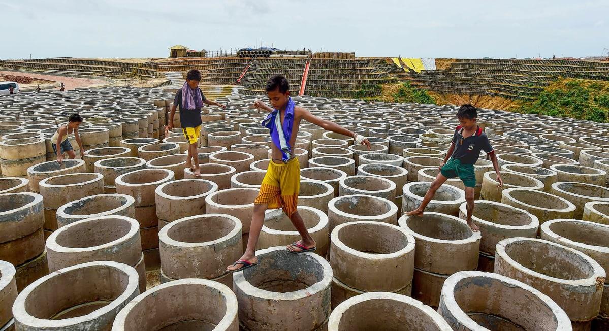 Lapset loikkivat renkaiden päällä.