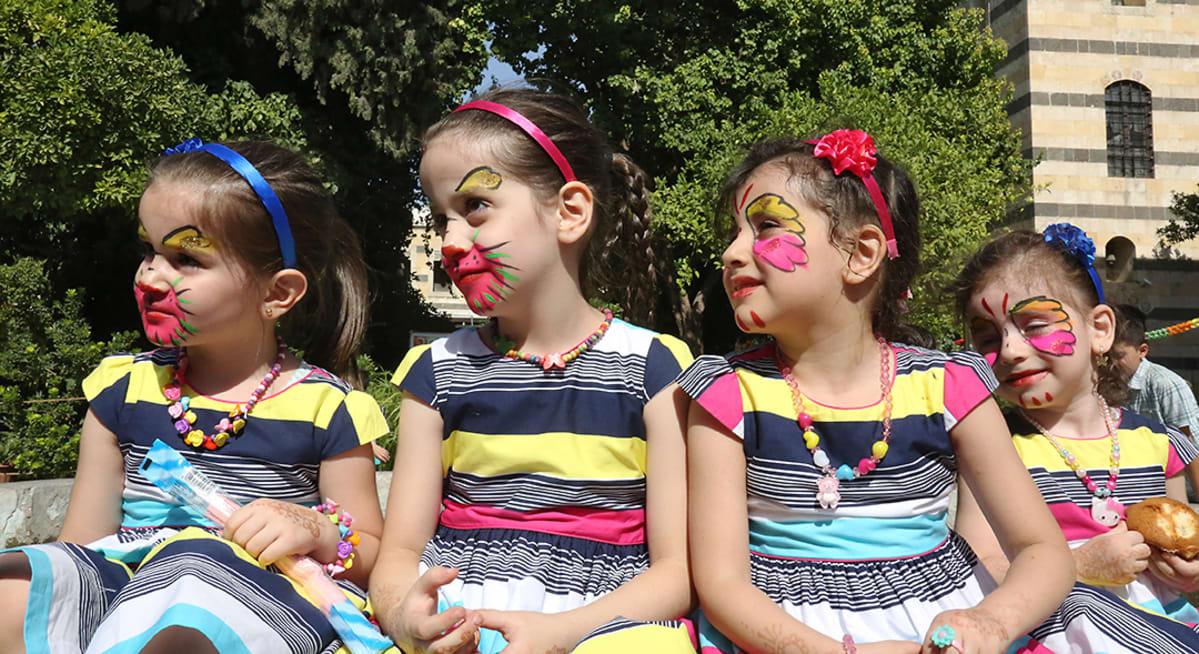 Tytöt tivolissa ovat saaneet kasvomaalaukset kasvoilleen.
