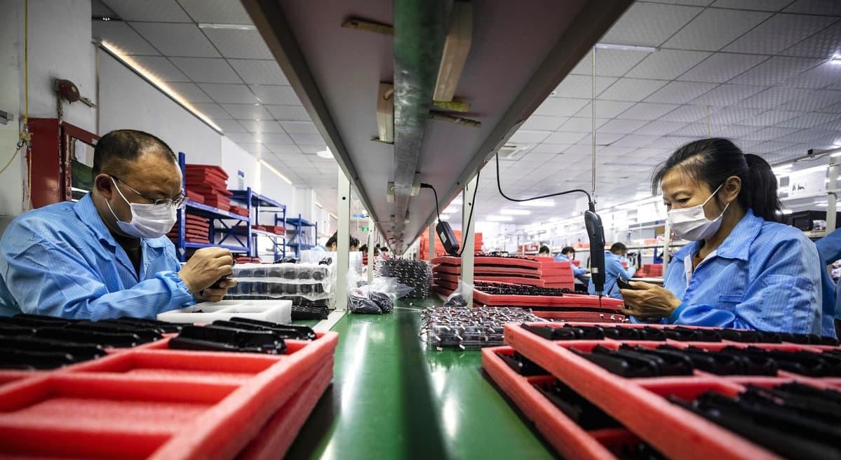 Elektroniikkakomponenttien valmistusta Hohemin tehtaalla Shenzhenissä Guangdongin provinssissa Kiinassa.