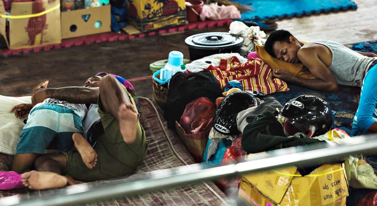 ihmisiä makaamassa lattialla.