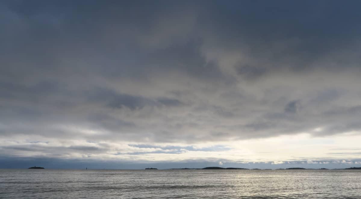 Tulliniemi on myrskysäällä talvisurffaajien paratiisi. Tällä kertaa meri on lähes tyyni.
