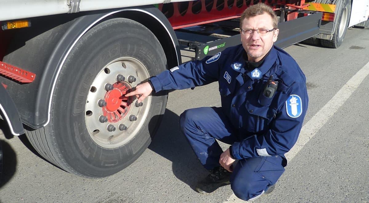 Vanhempi konstaapeli Hannu Kallio ratsaa raskasta liikennettä Hämeenlinnassa maaliskuussa 2014