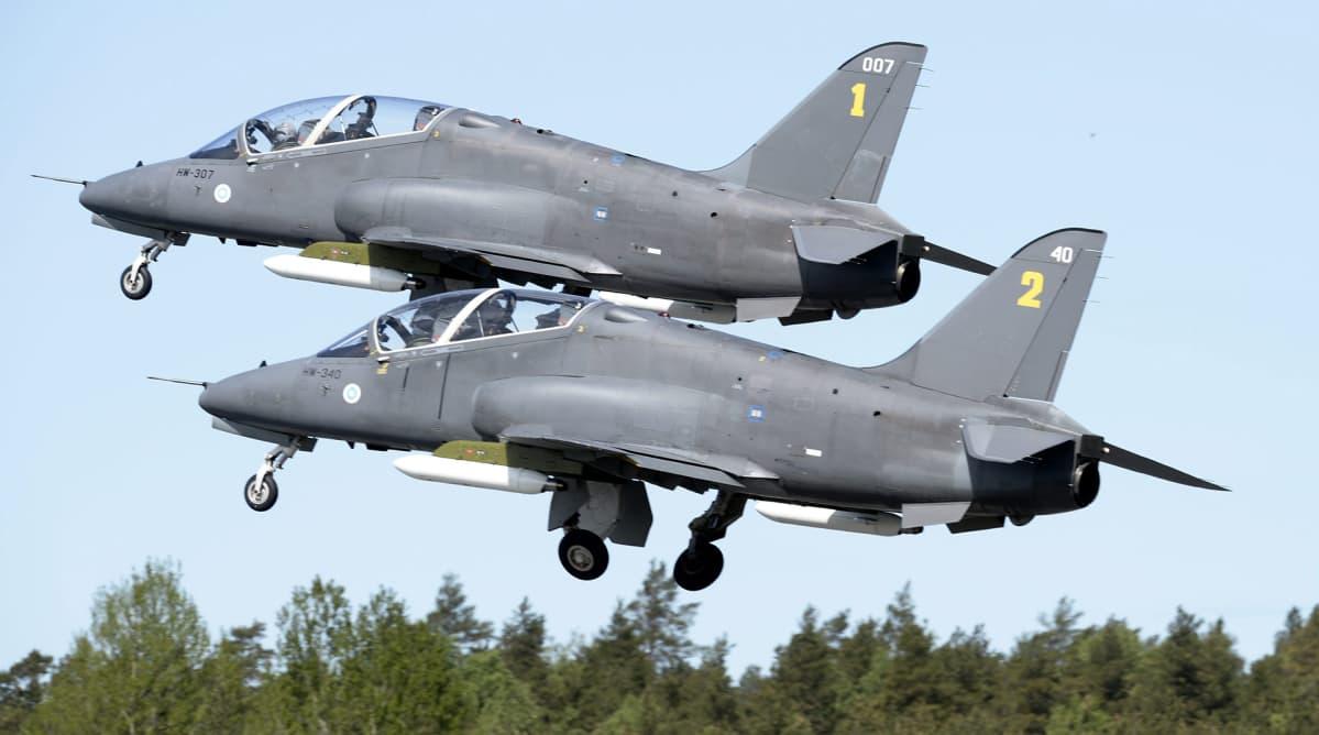 Suomen Ilmavoimien Hawk-harjoitussuihkukoneet harjoittelemassa