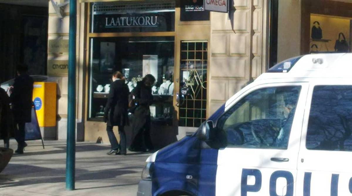 Poliisiauto kultasepänliikkeen edustalla.