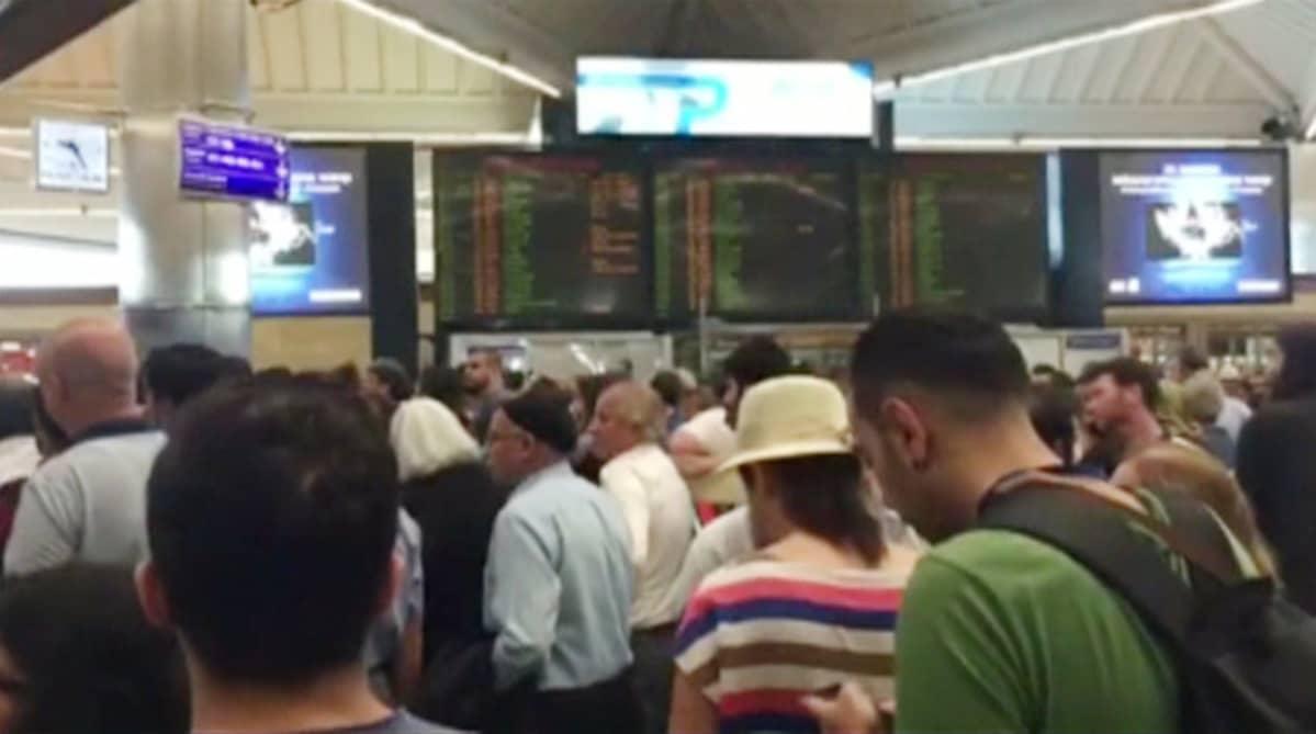 Ihmiset odottavat lentoliikenteen käynnistymistä Atatürkin lentokentällä Istanbulissa 16. heinäkuuta.