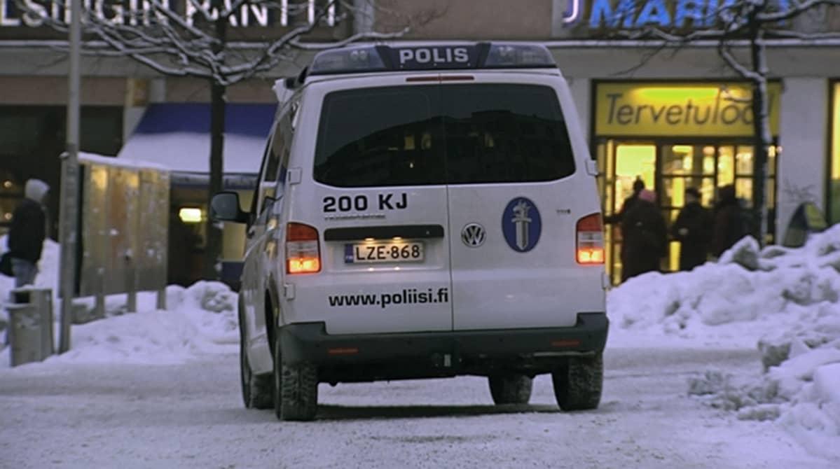 Poliisiauto kaupan edessä.