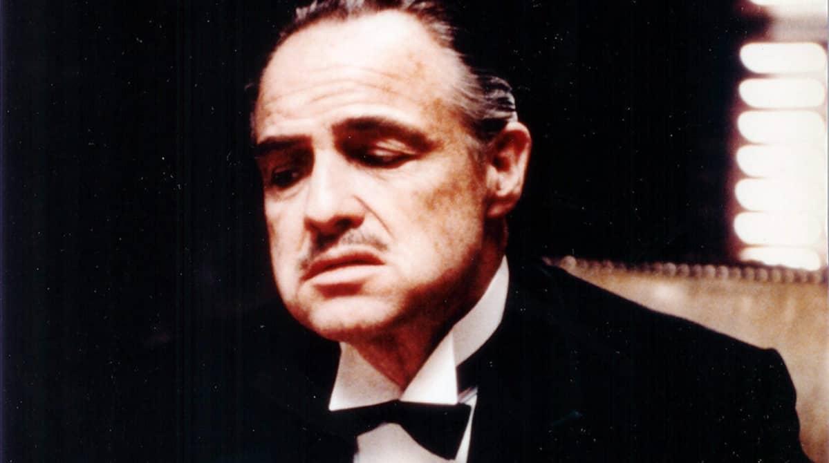 Näyttelijä Marlon Brando elokuvassa Kummisetä (1972).