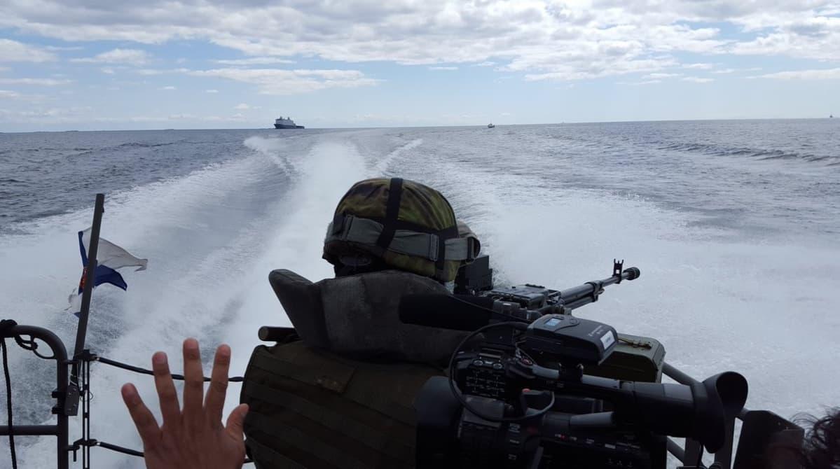 Suomalaissotilas Jehu-luokan miehistönkuljetusveneessä.