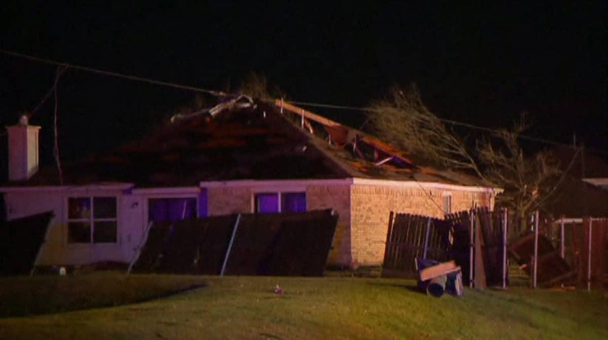 Tornado tuhosi asuinrakennuksia Rowlettissa, Texasissa, 26. joulukuuta.