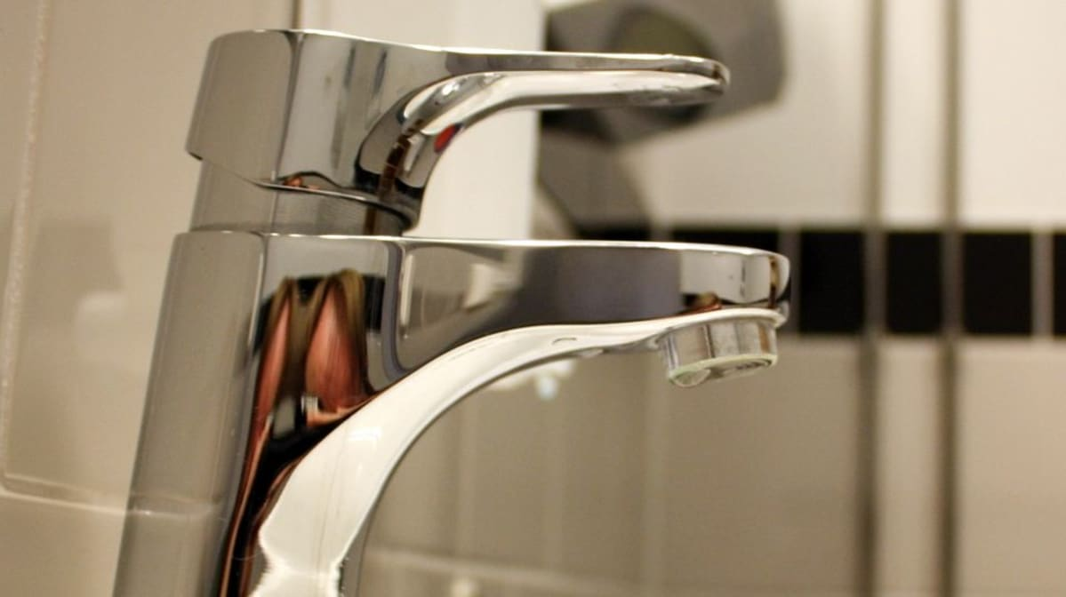 Vesihanasta tippuu vesitippa.