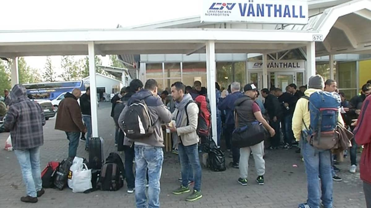 Maahanmuuttajia Luulajan linja-autoasemalla Ruotsissa syykuun puolivälissä.