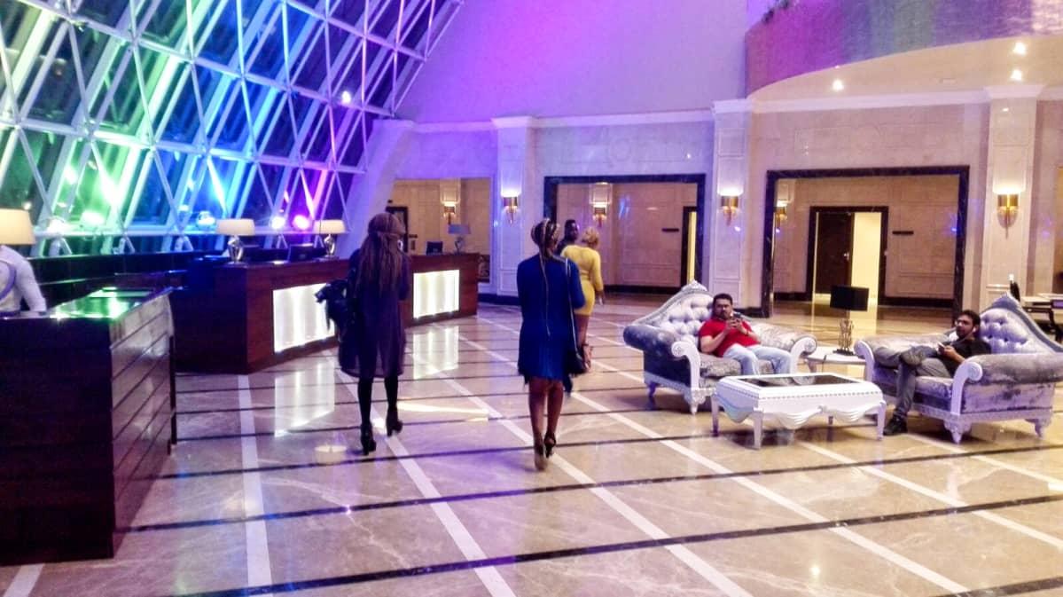 ihmisiä hotellin aulassa