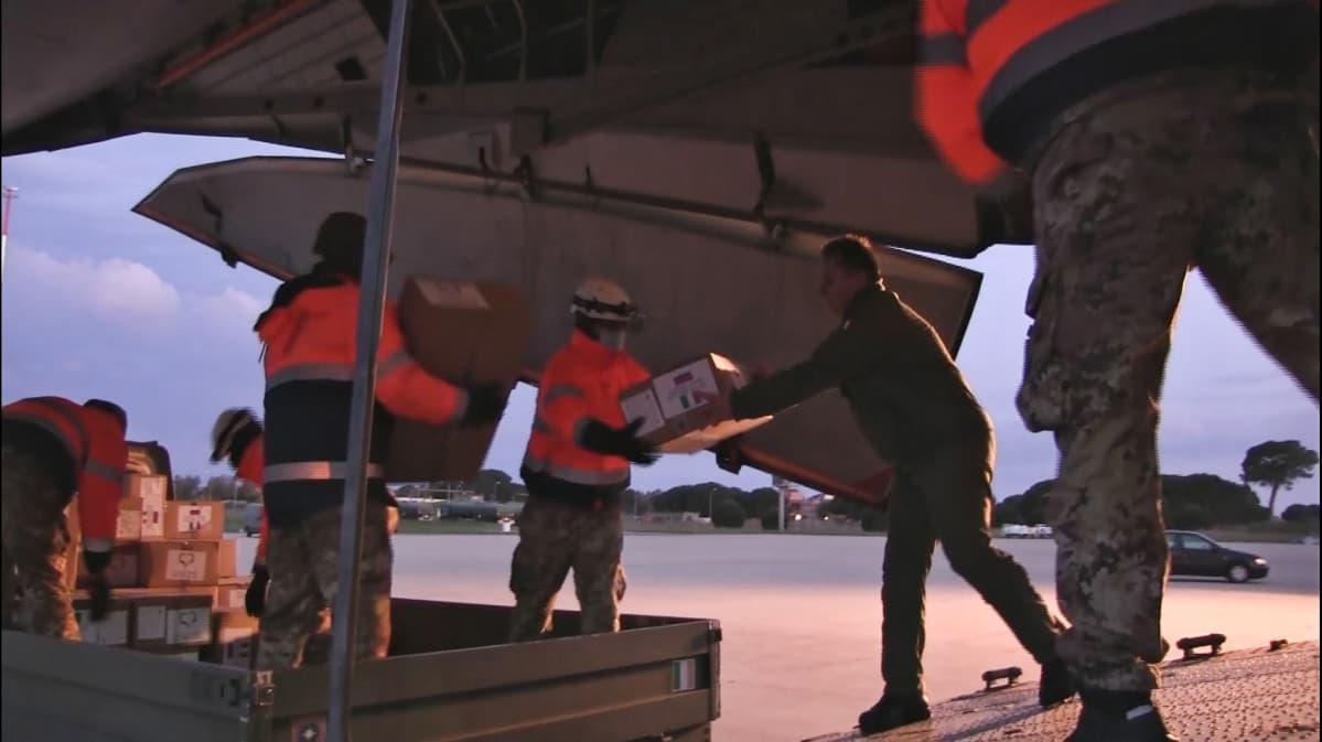 Kuvakaappaus Venäjän puolustusministeriön videomateriaalista, jossa toimitetaan avustuspaketteja Italiaan.
