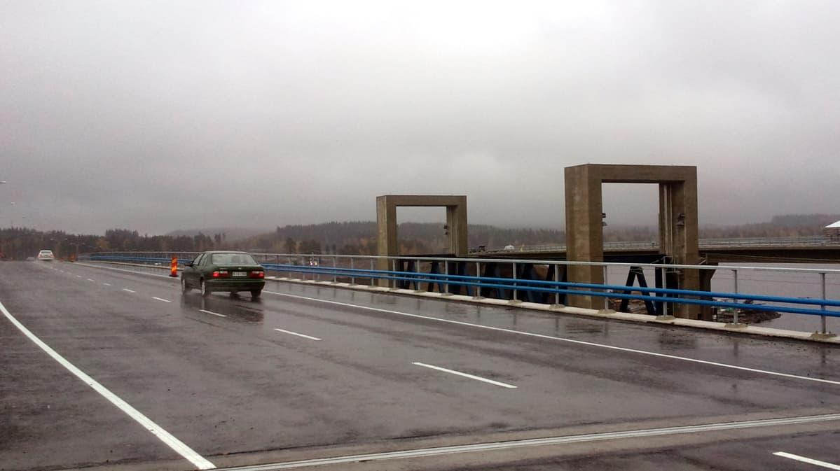 Auto ajaa sillalla.