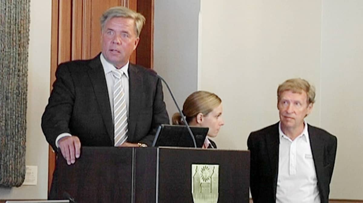 Markku Ritaluoma puhumassa Sunny Car Centerin tiedotustilaisuudessa kesäkuussa 2010.