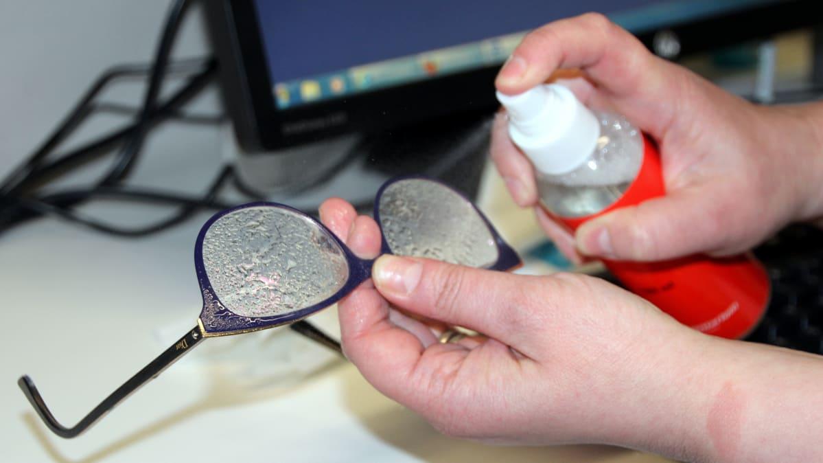 silmälasien puhdistus