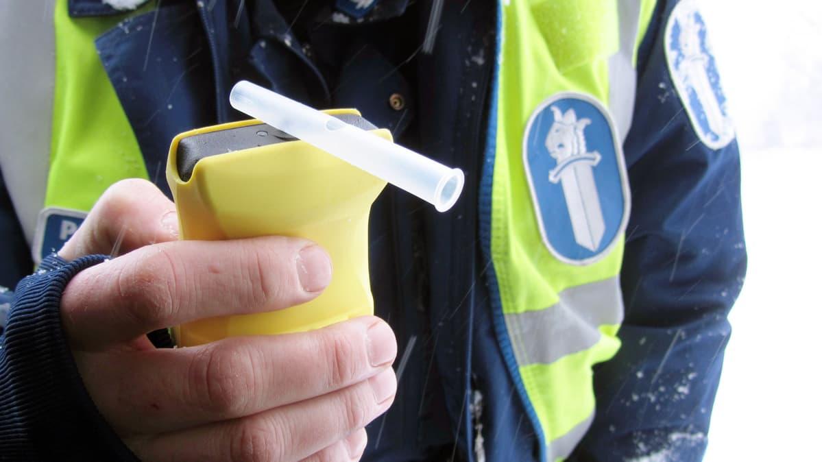 poliisilla alkometri kädessä