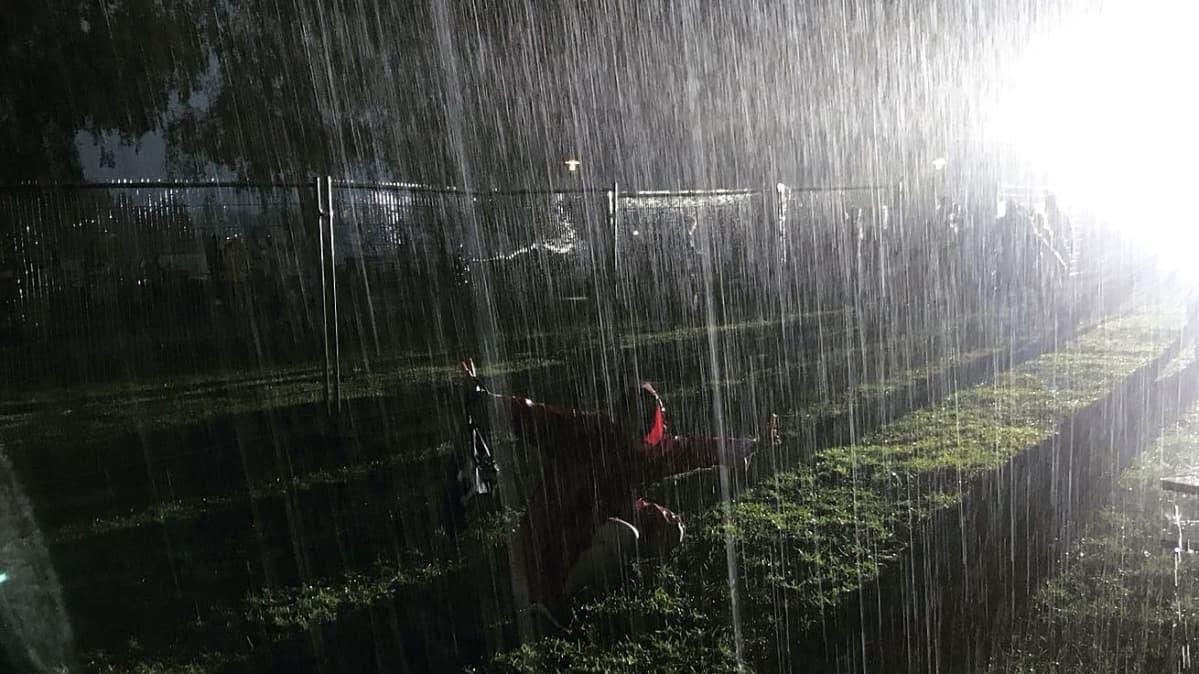 Vesisadetta Melakka-festivaaleilla Hämeenlinnassa.