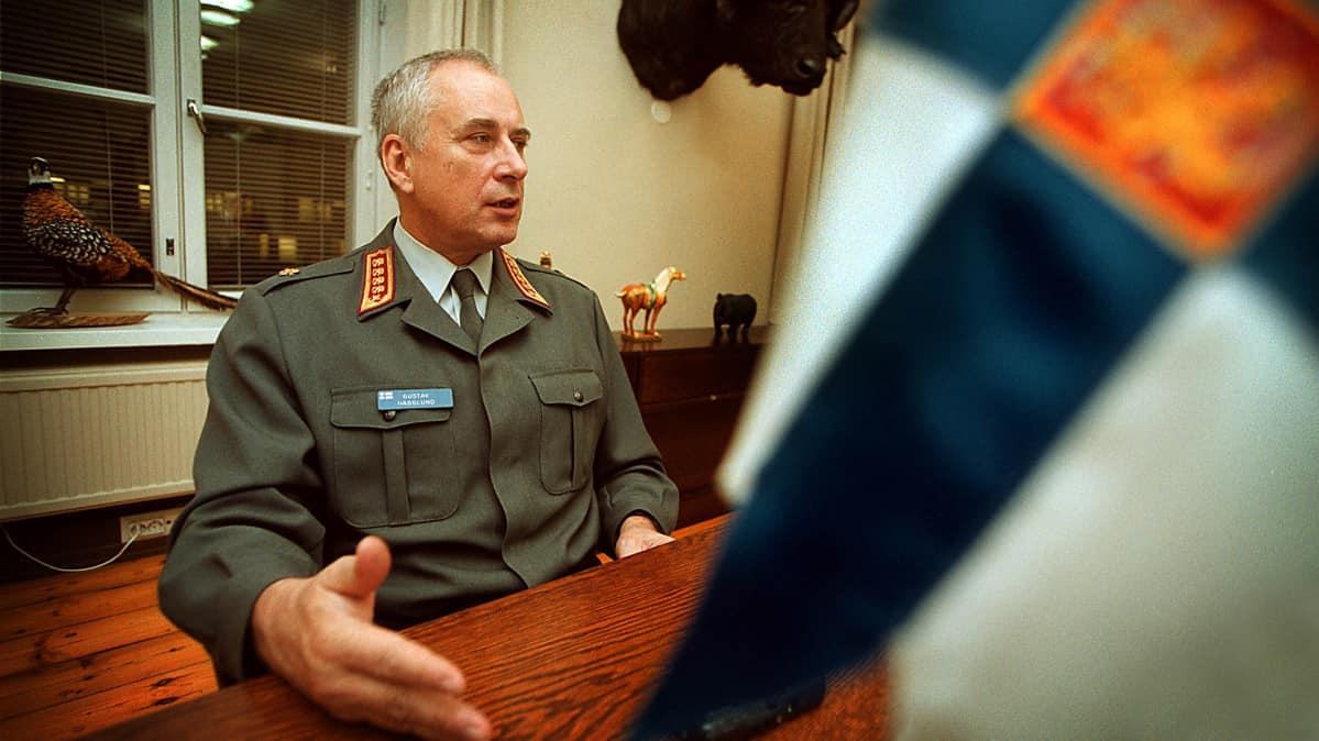 Gustav Hägglund kuvattuna työhuoneessaan Helsingissä vuonna 1999.
