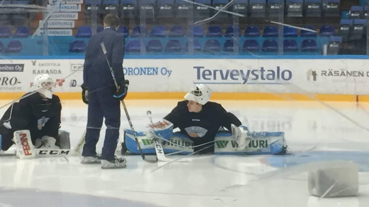 Pelicansin maalivahdit Juho Olkinuori ja Jakub Skarek harjoituksissa