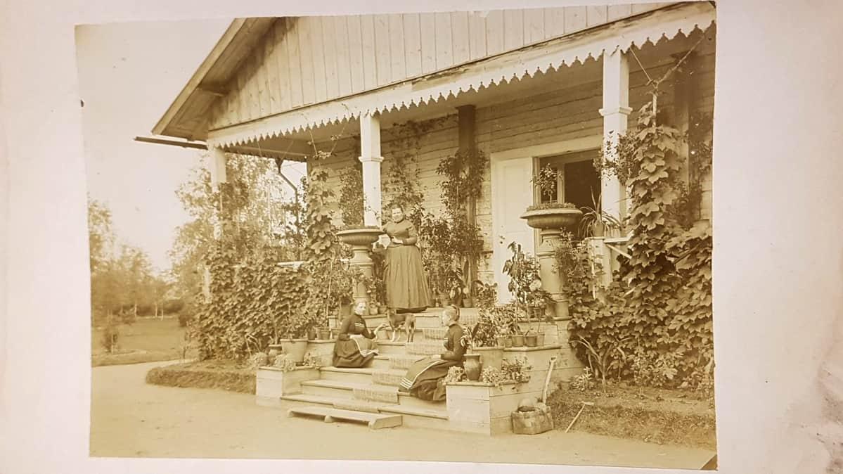 Elimäellä Myllylän kartanon kuistilla naisia mustavalkokuvassa