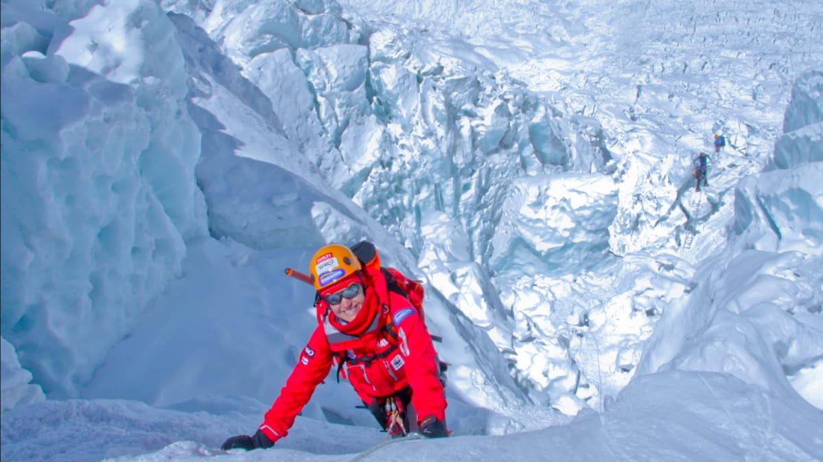 Carina Räihä Mt. Everestin Khumbun jäävirralla.