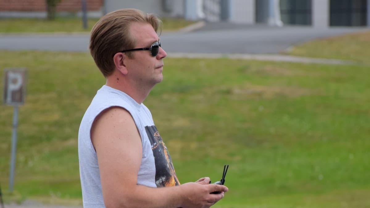 Marko Saikkonen keskittyy droonin lennättämiseen.