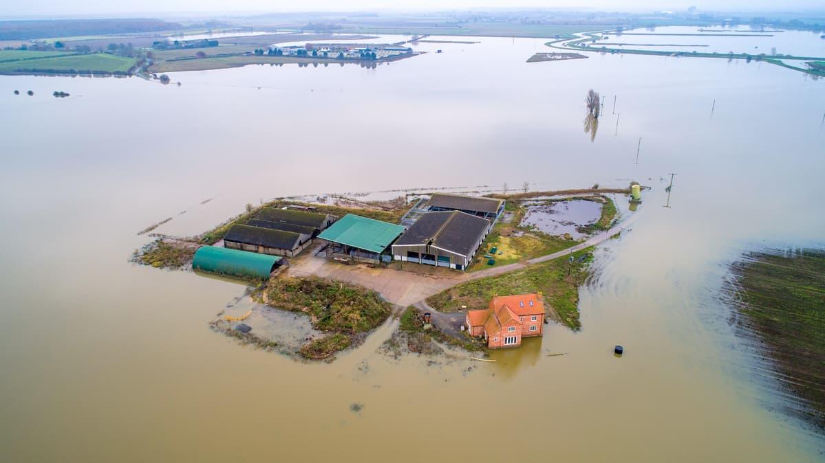Maatila veden ympäröimänä Lincolnshiressä Iso-Britanniassa, tulvat jatkuvat toista viikkoa alueella.