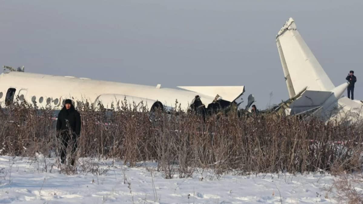 Lentokoneen osia lumisella pellolla
