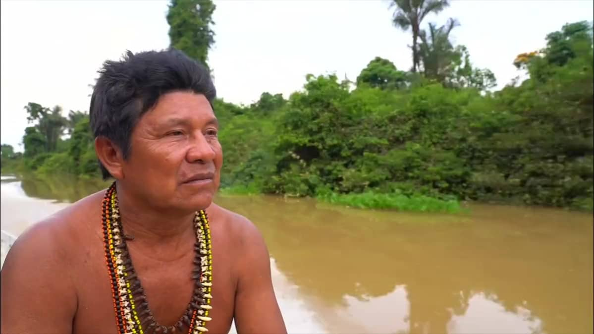 Henkilö katsoo liikkuvassa veneessä Amazonin jokea